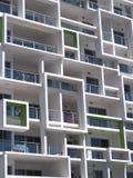 Alto bloque de apartamentos de la subida de la nueva arquitectura moderna con los cuadrados Imagen de archivo