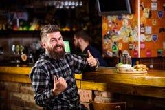 Alto bocado de la caloría Inconformista que se relaja en el pub El Pub está relajando el lugar para tener bebida y para relajarse imágenes de archivo libres de regalías