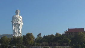 Alto Buda blanco se coloca en un fondo del cielo azul Panorama El templo se coloca en la montaña metrajes