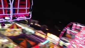Alto carrusel en el aire por noche vídeo almacen de metraje de vídeo