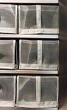 Alto chiuso una pila di nero copre il contenitore di scarpa con la copertura e facile Immagine Stock Libera da Diritti
