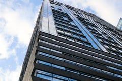 Alto cielo blu moderno delle finestre di vetro della costruzione Fotografie Stock Libere da Diritti