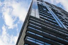 Alto cielo blu moderno delle finestre di vetro della costruzione Fotografia Stock
