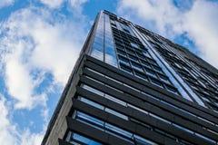Alto cielo blu moderno delle finestre di vetro della costruzione Immagine Stock