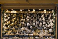 Alto con los bulbos blancos y de oro de la Navidad Imagenes de archivo