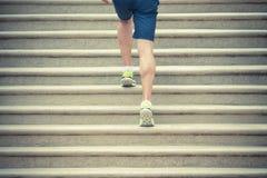 Alto corrente dell'atleta del corridore le scale Fotografia Stock Libera da Diritti