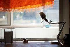 Alto davanzale della finestra del controsoffitto, lampada da tavolo Un posto accogliente per leggere Immagini Stock