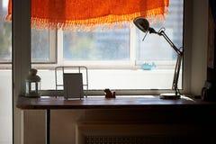 Alto davanzale della finestra del controsoffitto, lampada da tavolo Un posto accogliente per leggere Fotografia Stock