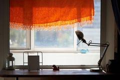 Alto davanzale della finestra del controsoffitto, lampada da tavolo Un posto accogliente per leggere Immagine Stock Libera da Diritti