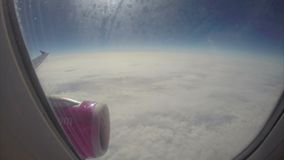 Alto de la turbulencia sobre los aviones de las nubes pocos kilómetros sobre tierra metrajes
