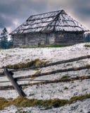 Alto de madera abandonado de la casa en las montañas salvajes Foto de archivo