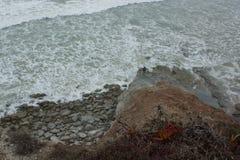 Alto de Santa Luzia Beach com um pescador de domingo na área de Ferrel, a municipalidade de Peniche, costa ocidental central de P Imagens de Stock