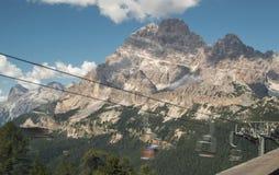 Alto del ferrocarril de cable en montañas de la dolomía fotos de archivo