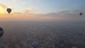Alto del globo del aire caliente de Cappadocia en el cielo en la rotura del día metrajes