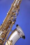 Alto del saxofón aislado en azul Fotos de archivo