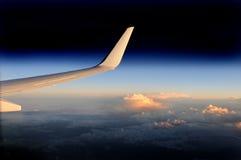 Alto dell'ala dell'aeroplano alto al crepuscolo. Fotografie Stock