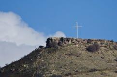 Alto derecho cruzado en la montaña Foto de archivo
