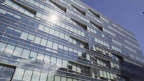 Alto edificio azul urbanístico elegante moderno con la fachada y los balcones de cristal almacen de video