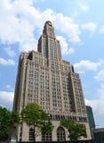 Alto edificio con la torre de reloj Foto de archivo libre de regalías