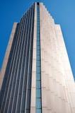 Alto edificio corporativo contra el cielo azul Foto de archivo libre de regalías