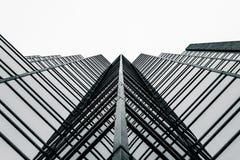 Alto edificio de cristal de la subida Fotos de archivo