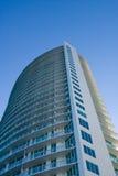 Alto edificio de la perspectiva de la subida Imágenes de archivo libres de regalías