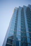 Alto edificio de la subida Fotografía de archivo