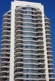 Alto edificio de la subida Imagenes de archivo