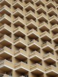Alto edificio de la subida con los planos o los apartamentos residenciales foto de archivo