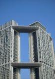 Alto edificio de la subida en cielos claros Imagenes de archivo