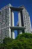 Alto edificio de la subida en cielos claros Imágenes de archivo libres de regalías
