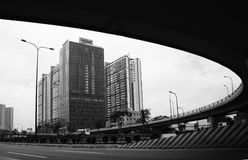Alto edificio de la subida en marco del semicírculo con la visión desde la empanada del puente Fotografía de archivo
