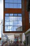 Alto edificio de la subida que sube Foto de archivo libre de regalías