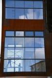 Alto edificio de la subida que sube Imagen de archivo libre de regalías