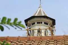Alto edificio de la subida que sube Imágenes de archivo libres de regalías