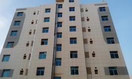 Alto edificio de la subida que tiene apartamentos grandes con la opinión de elevación delantera fotografía de archivo