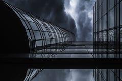 Alto edificio moderno de la subida debajo del cielo de la nube de lluvia Imagen de archivo libre de regalías