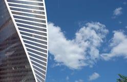 Alto edificio per uffici moderno sopra il cielo blu con le nuvole Fotografia Stock Libera da Diritti