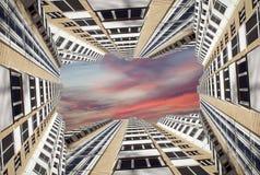 Alto edificio residencial moderno de la subida Foto de archivo