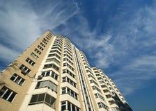 Alto edificio residencial moderno de la subida Imagen de archivo libre de regalías