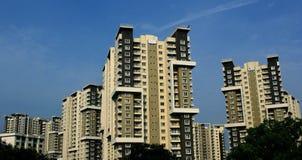Alto edificio residencial moderno en un fondo del cielo fotos de archivo libres de regalías