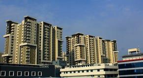 Alto edificio residencial moderno en un fondo del cielo imagen de archivo