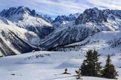 Alto en las montañas en invierno imagen de archivo
