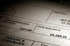 Alto equilibrio de la tarjeta de crédito de la deuda en una declaración imágenes de archivo libres de regalías