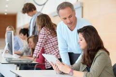 Alto-escolares en el entrenamiento de ordenador Imágenes de archivo libres de regalías