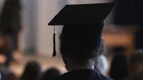 Alto estudiante del cumplidor que disfruta de ceremonia, del empleo y del futuro de graduación metrajes
