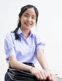 Alto estudiante tailandés asiático de la colegiala en el uniforme escolar aislado imagen de archivo libre de regalías