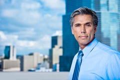 Alto executivo Grey-Haired confiável em uma cidade foto de stock royalty free