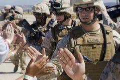 Alto-fives de soldados Imagen de archivo libre de regalías