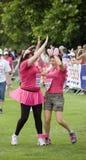 Alto fiving di due donne, Corsa-per-vita Regno Unito Fotografia Stock